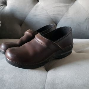Dansko 40 brown clogs